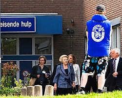 Koningin Beatrix verlaat de Isala Klinieken in Zwolle, waar ze slachtoffers van Karst Tates heeft bezocht.anp