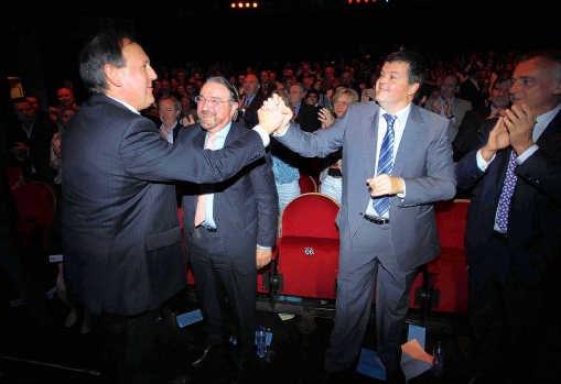 Bart Somers (r.) feliciteert Dirk Van Mechelen (l.) met zijn speech. Van Mechelen was de ster van de dag.belga