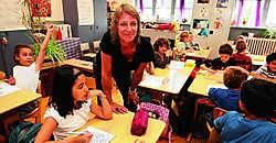 Een van de succesverhalen van de laatste jaren is basisschool Acacia/Feniks. 'Enkele jaren geleden waren bijna alle leerlingen van allochtone afkomst', zegt directrice Sofie Strobbe. 'Dankzij onze inspanningen is dat vandaag nog maar 60 %, een veel gezond