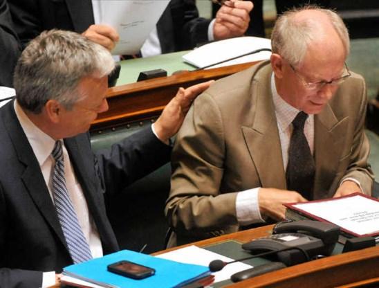 'Kapitein van het stuurloze schip' Herman Van Rompuy krijgt een bemoedigend schouderklopje van Didier Reynders. photo news