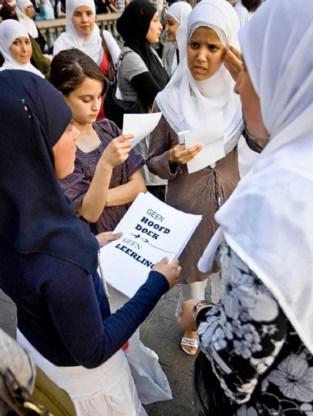 Een vlekkeloze organisatie: de protestslogans worden rondgedeeld. Wim Daneels