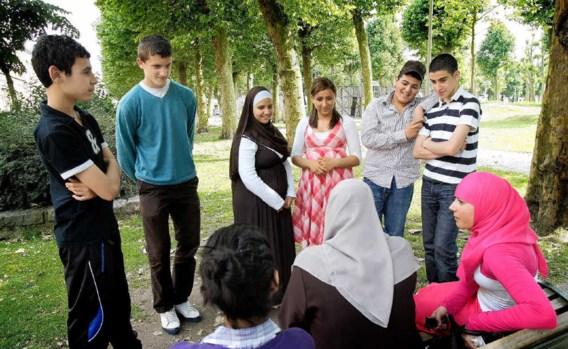 Ghislaine Najmi en Sheima Mrabet (centraal op de foto) in het park met een stel vrienden en vriendinnen: 'We geven de strijd niet op.' Wim Daneels