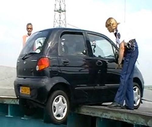 VIDEO: Auto rijdt net te laat over open brug
