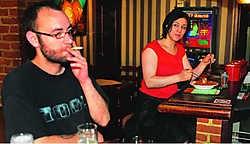 In De Coninck van Spagniën zitten rokers en eters broederlijk naast elkaar. 'De inspectie kan daar mee leven', zegt de uitbaatster. Hendrik De Rycke
