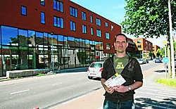 Ronny Tielen is de eerste ambtenaar die zijn intrek neemt in de nieuwbouw op de Centrale Werkplaatsen.Koen Merens