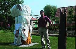 Paul Verstraete in de tuin van het Convent Santa Clara, bij het beeld dat pastoor Omer Gilliet van Breskens maakte van de heilige Clara: 'Het zal hier prachtig staan.' mye
