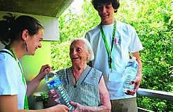 Jobstudenten Philippe Ponga en Celine Naveau brengen Elisa water. Matthias Vanheerentals