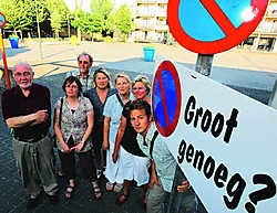 'Dit plein zou eigenlijk groen en sfeervol kunnen zijn, in plaats van een zoveelste parking', zegt Groen! (links persverantwoordelijke Wilfried Van Durme). Michel Moens