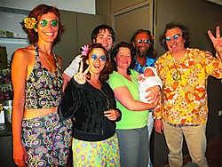 Iedereen trok voor de gelegenheid nog eens zijn beste hippie-outfit aan voor de babyborrel. pli