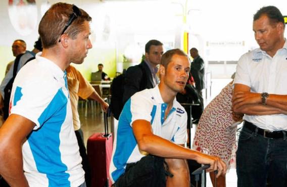 Tom Boonen (tussen Stijn Devolder en ploegleider Wilfried Peeters) stapte gisteren mee op het vliegtuig richting Monaco, waar zaterdag de 96ste Tour start, maar moet mogelijk vandaag of morgen al naar huis terugkeren.kms