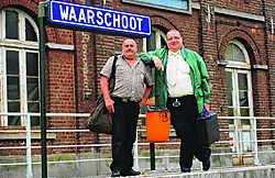 Filip Vermeire (links) en Christiaan Van Holderbeke (rechts) aan het station van Waarschoot. Oliveir Scheir