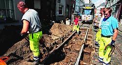 Grondwerkers hebben - opnieuw - een kasseistrook tussen de tramsporen opgebroken. Omdat de houten dwarsbalken die de sporen ondersteunen, zijn weggerot, wijken de sporen van elkaar weg.fvv