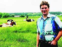 Landbouwer Guy Baert verloor twee koeien, omdat ze zout water dronken. Norbert Minne