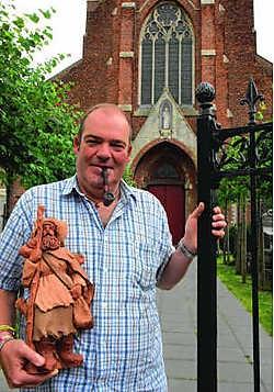 Pastoor Johan Loones sluit de poort achter zich. 'Er moet niets gezocht worden achter mijn vertrek.' Michel Vanneuville