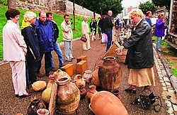 De antiekmarkt lokt elke week gemiddeld tienduizend bezoekers naar Tongeren.Gert Devocht
