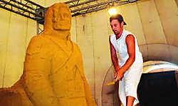 De Poolse zandkunstenaar Wialzesalw sculpteert een beeld van Michael Jackson in het zand. Norbert Minne
