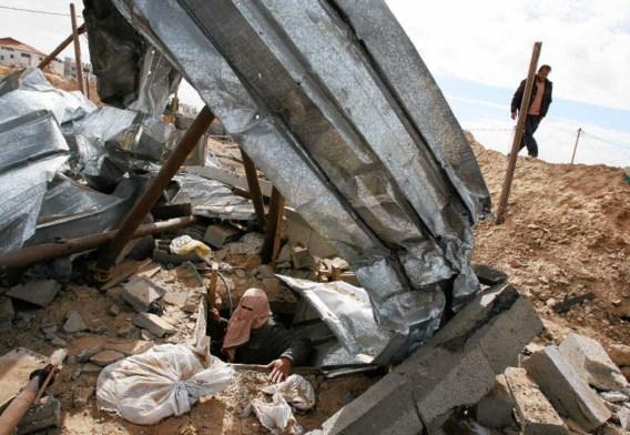 Een man inspecteert een van de vele smokkeltunnels in Rafah, na de Israëlische bombardementen van januari. Via de tunnelverbindingen met Egypte kwam de pijnstiller Tramadol de voorbije maanden met honderden dozen tegelijk de Gazastrook binnen. Het gebruik
