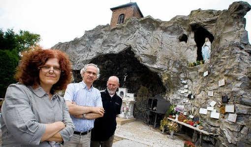 Hilda Poleunus, Bedo Lefebvre en Robert Florisson, de echtgenoot van Poleunus, voor de Lourdesgrot in Trognée (deelgemeente van Hannuit, provincie Luik). Jef Collaer