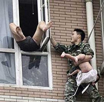 Chinees wil dochtertje (2) uit raam gooien