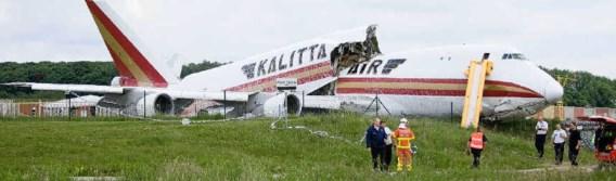Pas 225 meter voorbij het einde van de startbaan kwam de Boeing 747 van Kalitta Air tot stilstand. De Jumbo was in drie stukken gebroken.belga