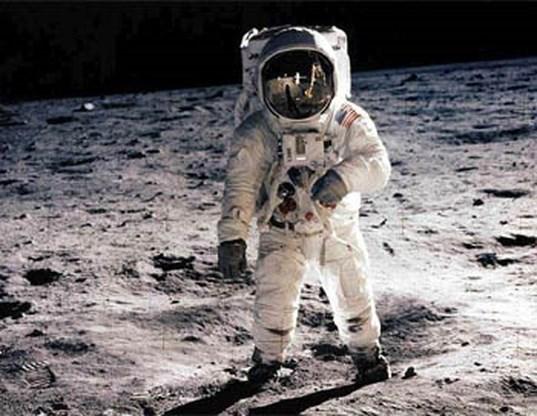 NASA brengt verbeterde film van eerste maanlanding