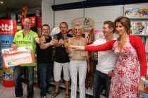 Geert De Mesmaeker (links op foto) geeft zelfs al mee wat hij met de Lottowinst zal doen: 'Voorlopig op de spaarrekening zetten.'