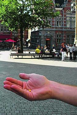 Aan het Margarethaplein lag gisteren nog een gele kogel die werd afgevuurd vanuit het appartement. Bmk/Stl