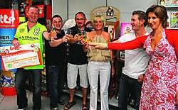 De winnaars in de Lottowinkel van Herenthout. Louis Verbraeken