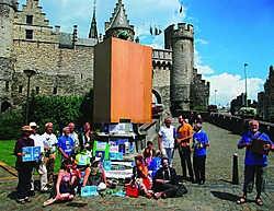 Een dertigtal actievoerders van Ademloos toog meteen naar het Steen om een klein feestje met muziek te bouwen. Kris Goossenaerts