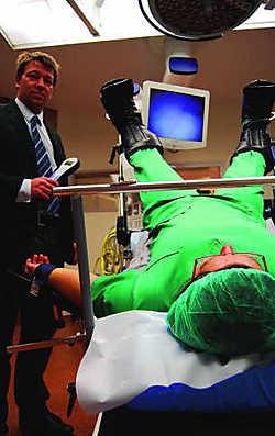 De operatietafel kan patiënten tot 360 kilo torsen. Inge Bosschaerts