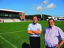 Secretaris Marc Meersseman (rechts) en jeugdvoorzitter Martin Willems hopen dat de problemen met het voetbalveld van KVK Ieper nu volledig opgelost zijn. Piet Lesage