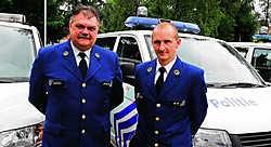 Korpschef Wim Van Hulle (links) en commissaris Chris Van Gaever gebruiken deze vakantie om internationaal 'bij te leren': 'De wereld is, door het vrije verkeer van personen, een dorp geworden.'fvv