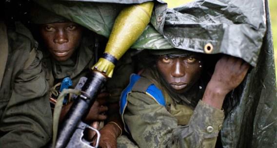Congolese regeringssoldaten schuilen voor de regen in Kibati, een beeld uit november 2008 toen Oost-Congo niet uit het nieuws was te slaan. Ook nu vindt er een militaire operatie plaats, maar zijn er veel minder reporters in de streek. Foto's of ander bee