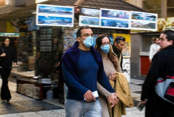 Een paar met mondmaskers in Buenos Aires: straks ook bij ons een vertrouwd beeld? reuters
