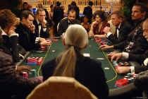 Niet alleen James Bond houdt van een partij poker om grote inzetten. In ons land wil de kansspelcommissie excessen indijken.