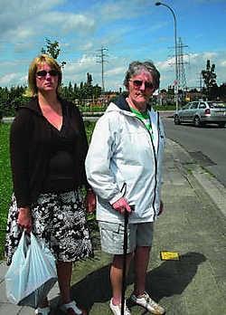 Simonne Christiaens en haar begeleidster op pad aan de gevaarlijke bocht in de Abingdonstraat sl