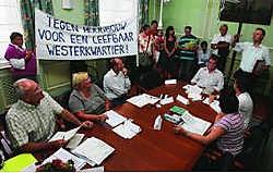 Leden van het wijkcomité Leefbaar Westerkwartier overhandigden gisteravond bij aanvang van de OCMW-raad een petitie aan voorzitter Franky De Block. Peter Maenhoudt