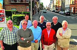 Voorzitter Erik Quartier (vooraan) van Sportcomité Doorniksewijk staat met zijn team (vlnr) Germain Vanwietendaele, Michel De Clerck, Dany Duyvejonck, Leonard Dobbelaere, Bob Vlieghe, Tony De Clerck en André Vandenbroucke te popelen voor de 74ste Kortrijk
