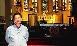 Schepen Luc Wuyts in de kerk die binnenkort gerestaureerd wordt. Leo van der Linden