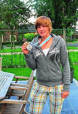 Lien Delmulle poseert trots met haar zilveren medaille: 'Ik train vier keer per week anderhalf uur en speel een wedstrijd in het weekend.' wbk