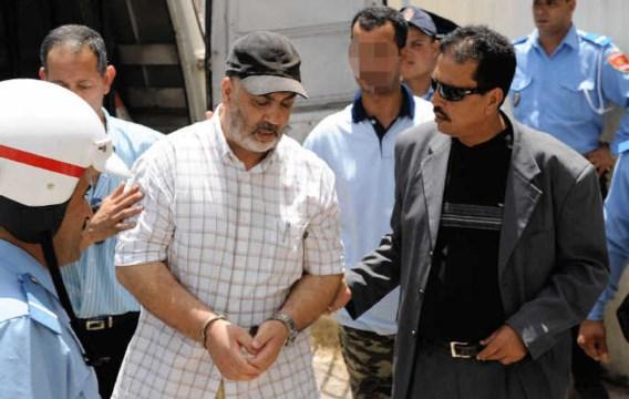 Abdelkader Belliraj wordt naar de rechtszaal in Rabat geleid.afp
