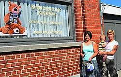 Saskia Vandekerckhove en Wendy Bauters met verfpot en verfborstels bij hun nieuwe kinderdagverblijf Knuffelke in Maarkedal. Fanny Lauwerier