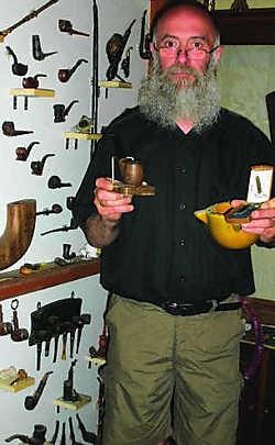 Richard Thiron toont een klein deel van de nieuwe collectie in het historisch Pijp- en Tabakmuseum. Sylvain Luyckx