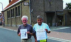 Auteur van de historische publicatie Jef Soenens (links) en voorzitter van de wijkraad Geert Huyghe aan de Ruiterkapel. Het naslagwerk is een gezamenlijk initiatief. Stefaan Beel