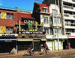 Café The Possé ligt aan een drukke weg, waar ook de kusttram rijdt. Isabelle Vanhassel