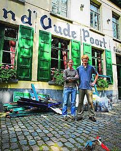 Eef en Tommy Pauwels bij hun vernielde terras: 'Gelukkig is ons terras tijdelijk volledig naar de zijkant verhuisd.' Stijn Hermans
