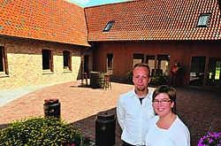 Bert Van Den Bossche en Elke De Vleeschouwer bij hun gloednieuwe Bed & Breakfast die acht comfortabele kamers telt. Patrick Holderbeke