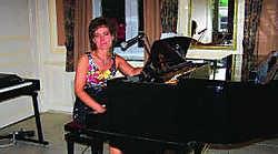 Russische pianiste en zangeres Liliya Medvedeva speelt huisconcerten om mensen in muziek samen te brengen. Pierre Penninck