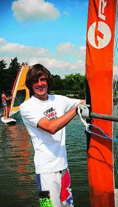 'Surfen is niet goedkoop. Gelukkig word ik gesponsord', zegt Jonas Devriese. Sarah Van den Elsken