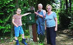 Jan, Frida en kleinzoon Jan-Frans bij hun brievenbus. Nicole Verstrepen
